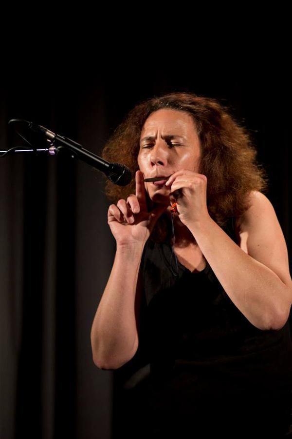 """Eva Hanh, musicienne, en train de """"conter fleurette"""" au public..."""
