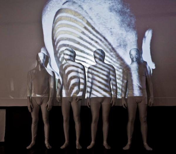 Clonage sur fond de Babel : Une performance de clones et video. Par Régine Gaud et Leyokki. Visiter la galerie de Régine Gaud : http://www.regine-gaud.com/