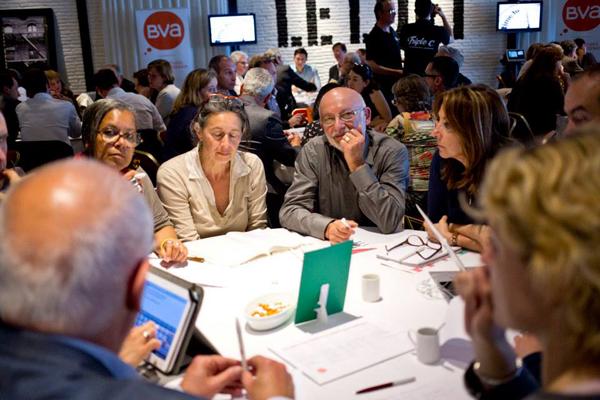 On cogite sévère pendant le knowledge café BVA On aperçoit l'équipe de Triple C et d'Eloi Choplin au fond, de grands professionnels (dispositifs interactifs et vidéo).