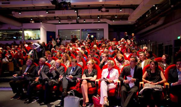 Un public concentré... de 9H à 18H30 ! Au 1er rang 2° en partant de la gauche : Joël de Rosnay