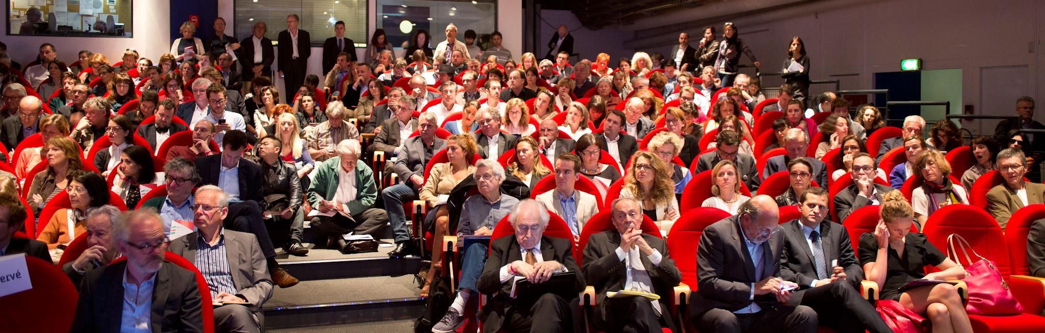 La salle, pleine dès 9H... pour une journée dense et passionnante. Michel Rocard est assis au premier rang. – à Cité des Sciences et de l'Industrie.